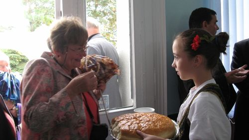 "Picture 7 – At the cordial reception with bread and salt: Inge Morgenthaler and a young ""New-Jarek"" girl in the foyer of the town hall."