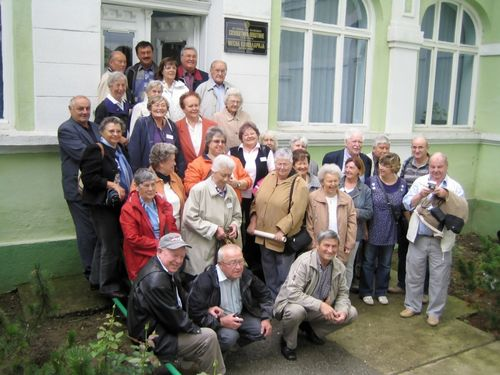 Picture 6 –The tour group in front of the town hall in Bački Jarak/Jarek.